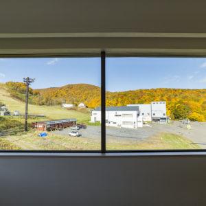 お部屋から色づく秋を眺める
